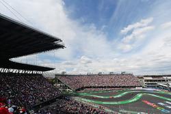 Max Verstappen, Red Bull Racing RB12, Sebastian Vettel, Ferrari SF16-H y Daniel Ricciardo, Red Bull