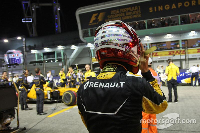 Kevin Magnussen, Renault Sport F1 Team RS16 on the grid