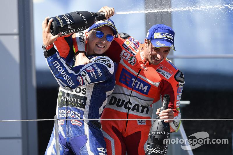 Il terzo classificato Jorge Lorenzo, Yamaha Factory Racing, il vincitore della gara Andrea Iannone, Ducati Team
