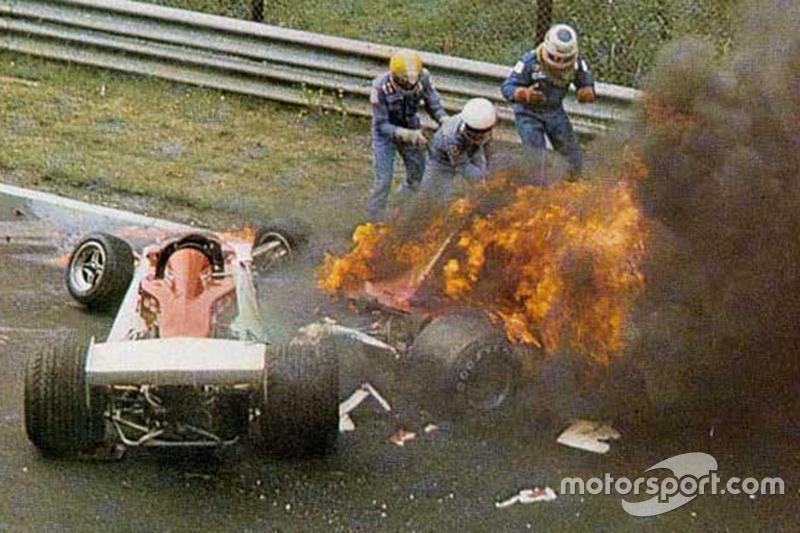 Niki Lauda, Ferrari 312T2 terbakar setelah menabrak di tikungan Bergwerk