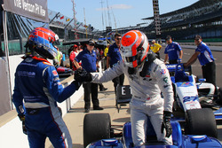 Pemenang lomba Ed Jones, Carlin is congratulated by Dean Stoneman, Andretti Autosport