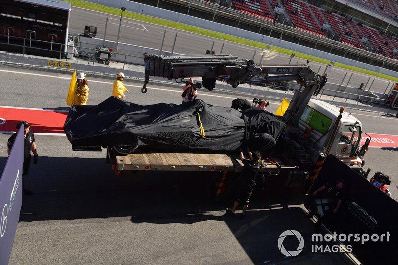 El monoplaza de Valtteri Bottas, Mercedes-AMG F1 W10 es llevado a los boxes