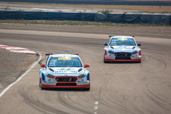 Michael Lewis, Bryan Herta Autosport, Hyundai i30 N TCR, davanti a Mark Wilkins, Bryan Herta Autosport, Hyundai i30 N TCR