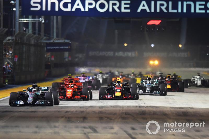 Lewis Hamilton largou da pole e disparou na frente