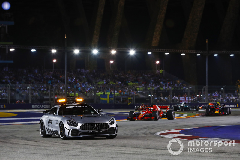 El Safety Car al frente de Lewis Hamilton, Mercedes AMG F1 W09 EQ Power+, Sebastian Vettel, Ferrari SF71H, Max Verstappen, Red Bull Racing RB14, Valtteri Bottas, Mercedes AMG F1 W09 EQ Power+