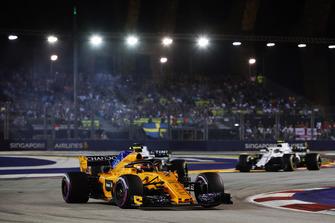 Stoffel Vandoorne, McLaren MCL33, leads Lance Stroll, Williams FW41, and Sergey Sirotkin, Williams FW41
