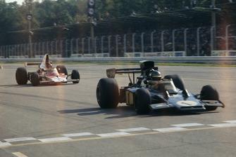 Ronnie Peterson, Lotus Ford, precede Emerson Fittipaldi, McLaren M23-Ford
