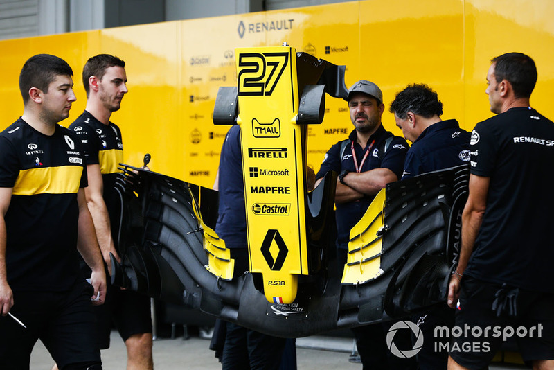 Reanult mechanics with a front wing from the car of Nico Hulkenberg, Renault Sport F1 Team R.S. 18