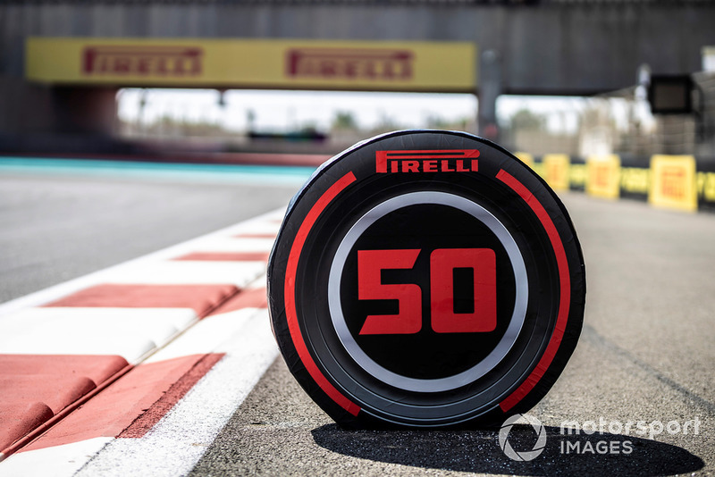 Un marqueur de point de freinage en forme de pneu Pirelli