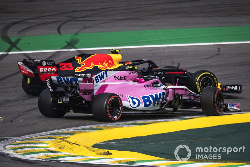 Le leader Max Verstappen, Red Bull Racing RB14 s'accroche avec Esteban Ocon, Racing Point Force India VJM11