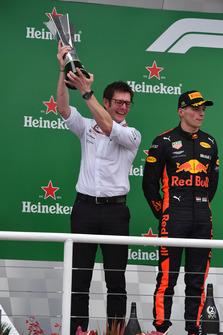 Andy Shovlin, Mercedes-AMG F1 Chief Engineer met de constructeurstrofee