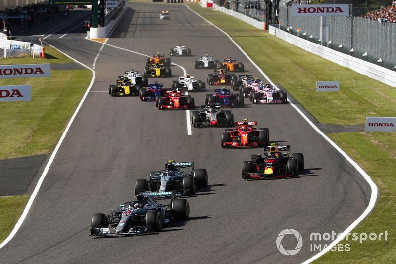 Arrancada Lewis Hamilton, Mercedes AMG F1 W09, Valtteri Bottas, Mercedes AMG F1 W09 y Max Verstappen, Red Bull Racing RB14
