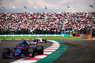 Brendon Hartley, Toro Rosso STR13, leads Esteban Ocon, Racing Point Force India VJM11