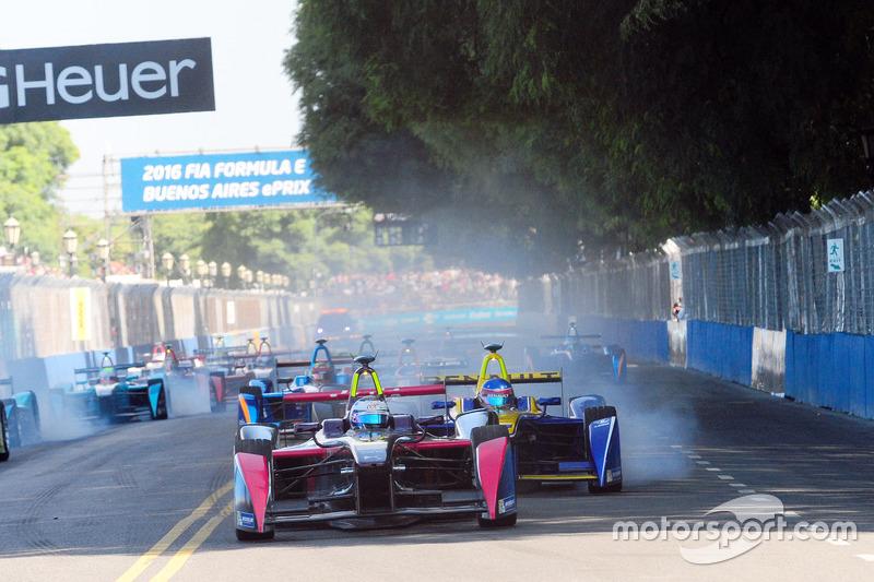 Sam Bird, DS Virgin Racing Formula E Team lidera en la primera curva