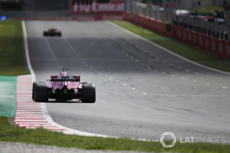 Scintille sotto la monoposto di Sergio Perez Force India VJM11 dopo che il messicano transita sui detriti lasciati da Max Verstappen, Red Bull Racing RB14