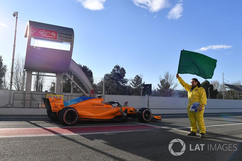 Stoffel Vandoorne, McLaren MCL33 and marshal with green flag