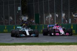 Валттери Боттас, Mercedes AMG F1 W09, и Эстебан Окон, Sahara Force India F1 VJM11