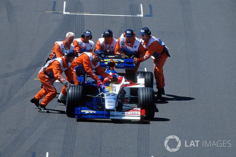 ...la carrera se detuvo, pero las banderas rojas no aparecieron por el accidente del alemán. Jacques Villeneuve y Alex Zanardi se quedaron parados en la parrilla de salida. La señal para detener la carrera se dio casi de inmediato, pero los pilotos delanteros simplemente no vieron a los jueces con las banderas y continuaron la carrera.