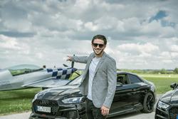 Daniel Abt mit ABT Audi RS3 und Flugzeug