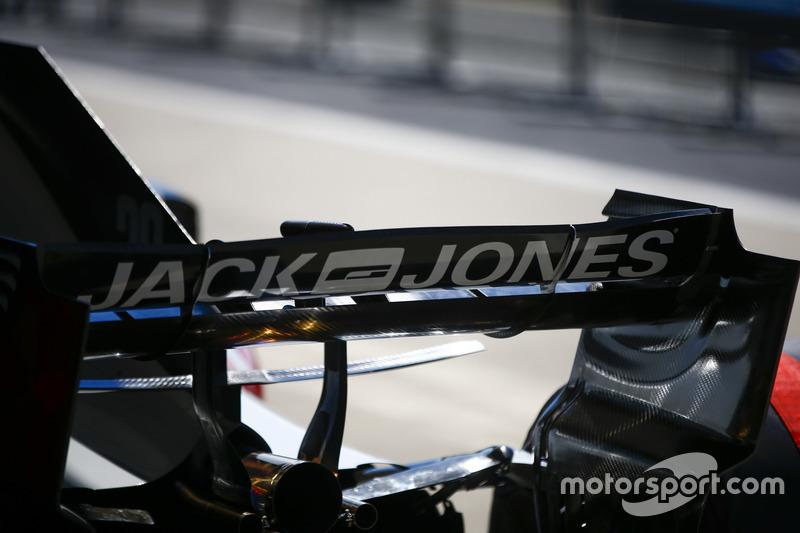 Dettaglio dell'ala posteriore della monoposto di Kevin Magnussen Haas F1 Team VF-18