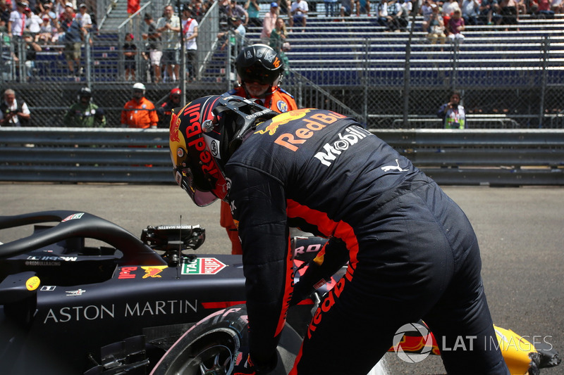Max Verstappen, Red Bull Racing RB14 crashed