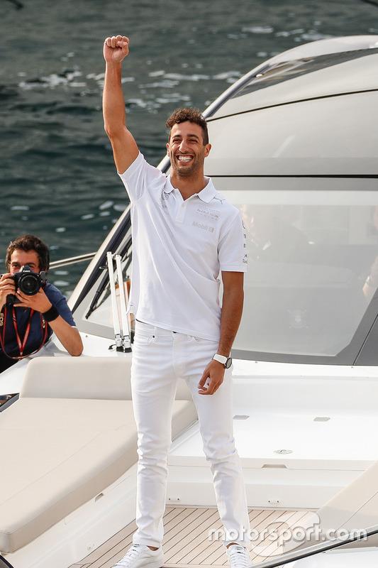 Daniel Ricciardo, Red Bull Racing atrapa un pase del jugador de futbol americano del Tom Brady