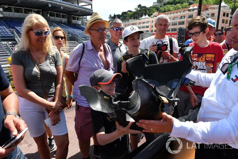 Tifosi con un sedile della Mercedes-AMG F1 W09