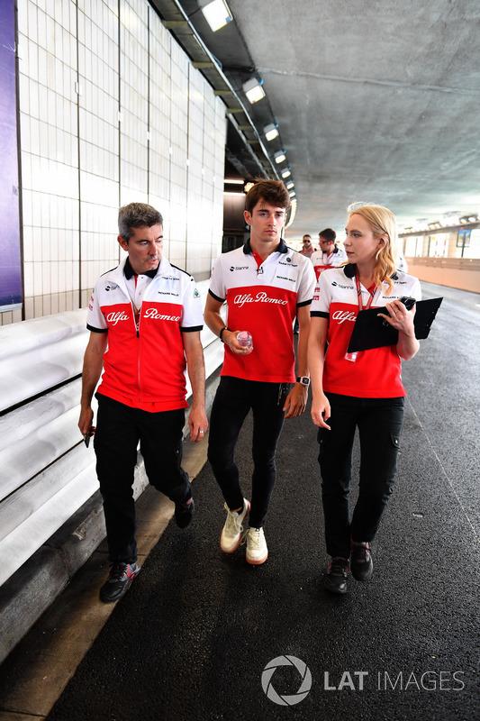 Charles Leclerc, Sauber, cammina lungo il circuito, attraverso il tunnel, con Xevi Pujolar, Capo dell'Ingegneria in pista, Sauber e Ruth Buscombe, ingegnere della strategia, Sauber
