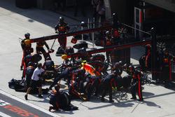 Max Verstappen, Red Bull Racing RB14 Tag Heuer, maakt een stop