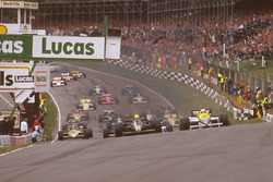 Ayrton Senna Lotus 97T Renault Sport F1 Team ve Nigel Mansell, Williams FW10 Honda startta Paddock H
