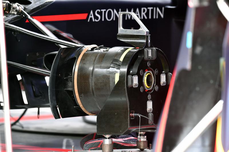 Red Bull Racing RB14 wheel hub