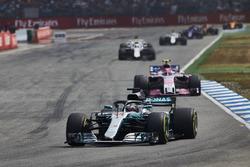 Lewis Hamilton, Mercedes AMG F1 W09, devant Esteban Ocon, Force India VJM11