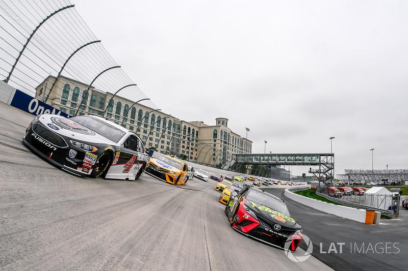 Kevin Harvick, Stewart-Haas Racing Ford, Martin Truex Jr., Furniture Row Racing Toyota lead the field to green
