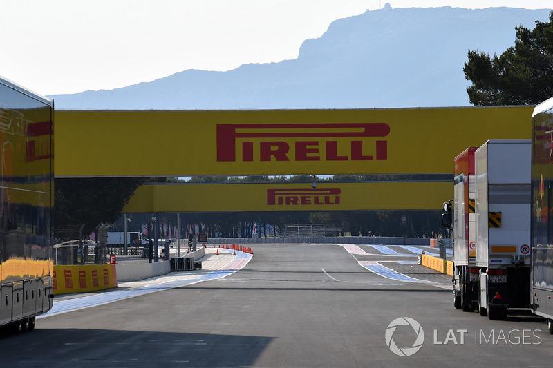 Insegne Pirelli sul rettilineo principale