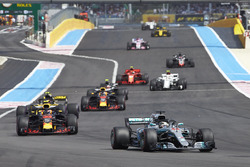 Lewis Hamilton, Mercedes AMG F1 W09, leads Max Verstappen, Red Bull Racing RB14, Carlos Sainz Jr., Renault Sport F1 Team R.S. 18, Daniel Ricciardo, Red Bull Racing RB14, Kevin Magnussen, Haas F1 Team VF-18, Charles Leclerc, Sauber C37, and Kimi Raikkonen, Ferrari SF71H