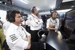Керівник Mercedes AMG Тото Вольфф, генеральний директор Mercedes Benz Дітер Цетше