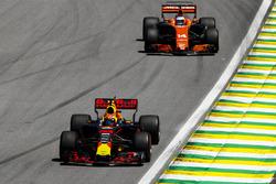 Макс Ферстаппен, Red Bull Racing RB13, и Фернандо Алонсо, McLaren MCL32