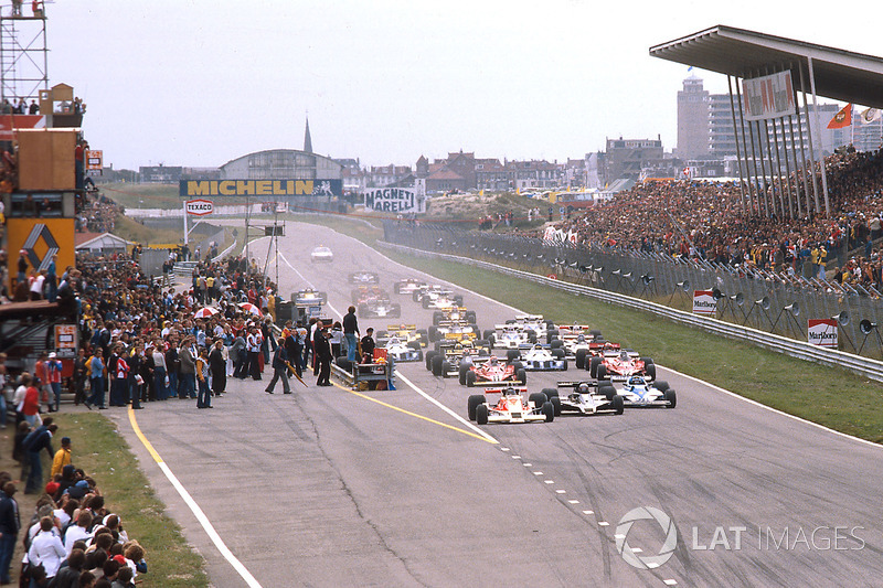 Start: James Hunt, McLaren M26 leads
