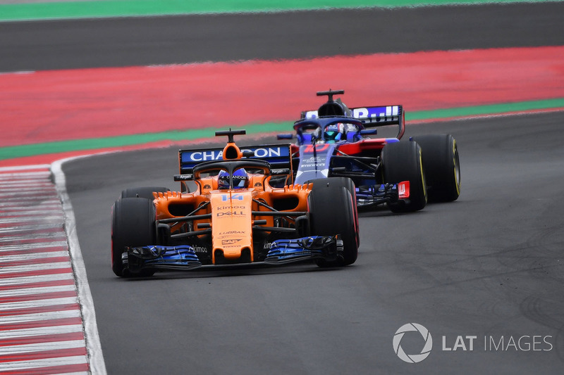 Fernando Alonso, McLaren MCL33, Pierre Gasly, Scuderia Toro Rosso STR13