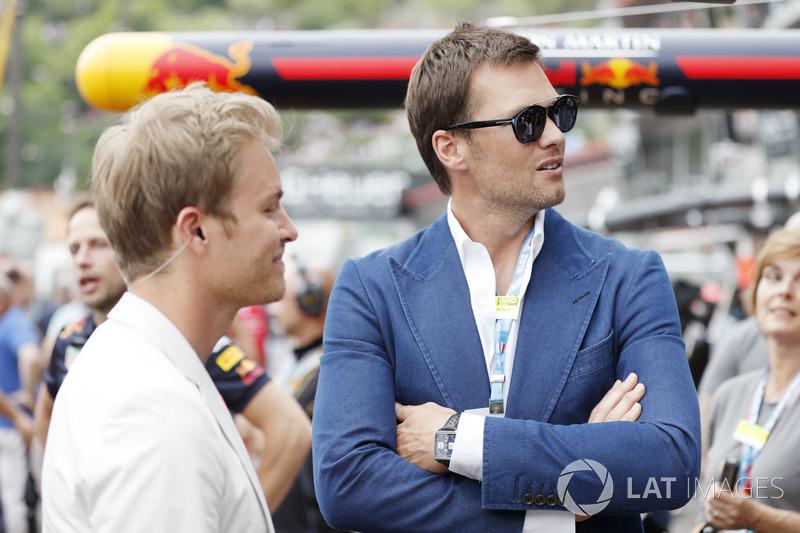 Nico Rosberg habla con el jugador de la NFL Tom Brady