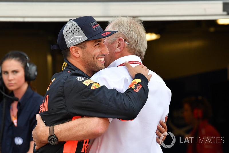 Обладатель поула гонщик Red Bull Racing Даниэль Риккардо и спортивный консультант Red Bull Хельмут Марко
