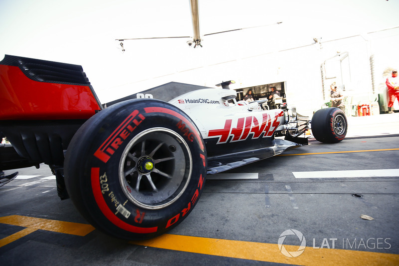Kevin Magnussen, Haas F1 Team VF-18 Ferrari, quitte le garage