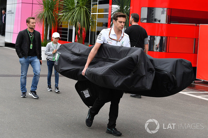 Mercedes AMG F1 mechanic with Mercedes-AMG F1 W09 freight