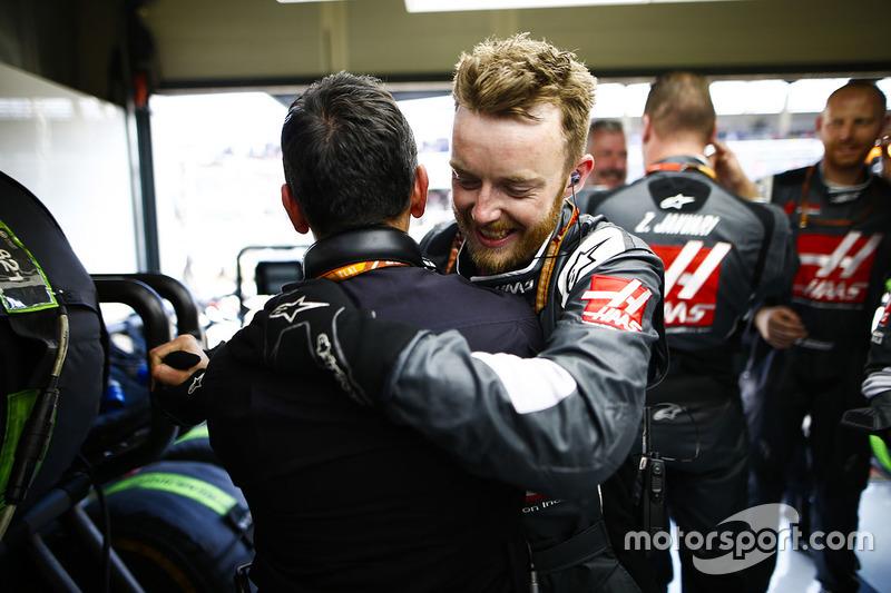 Des membres de Haas fêtent le résultat de l'équipe
