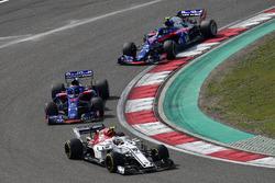 Charles Leclerc, Sauber C37 devant Brendon Hartley, Scuderia Toro Rosso STR13