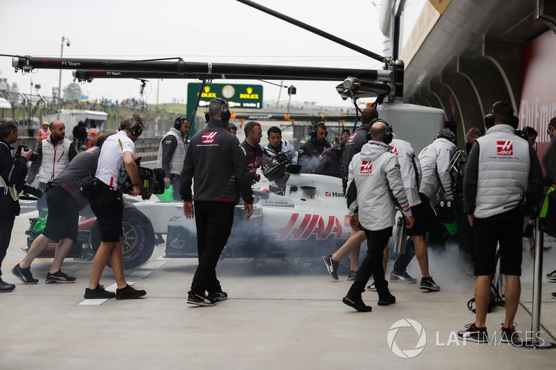 La voiture fumante de Romain Grosjean Haas F1 Team VF-18 Ferrari est rentrée dans le garage