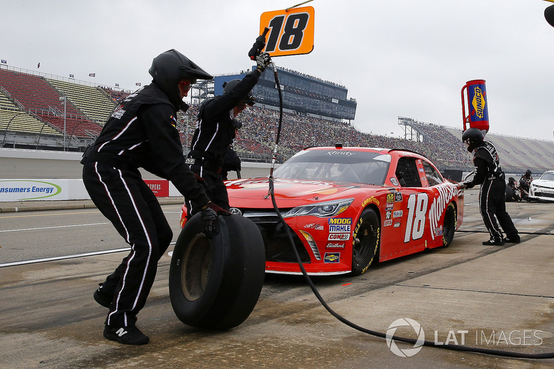 Kyle Busch, Joe Gibbs Racing, Toyota Camry Maltesers pit stop