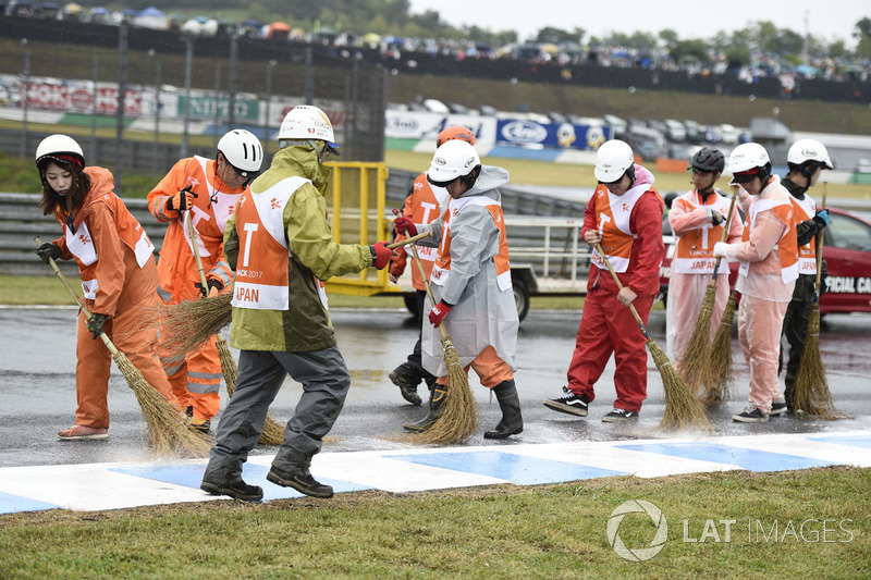 Marshals cleans the track