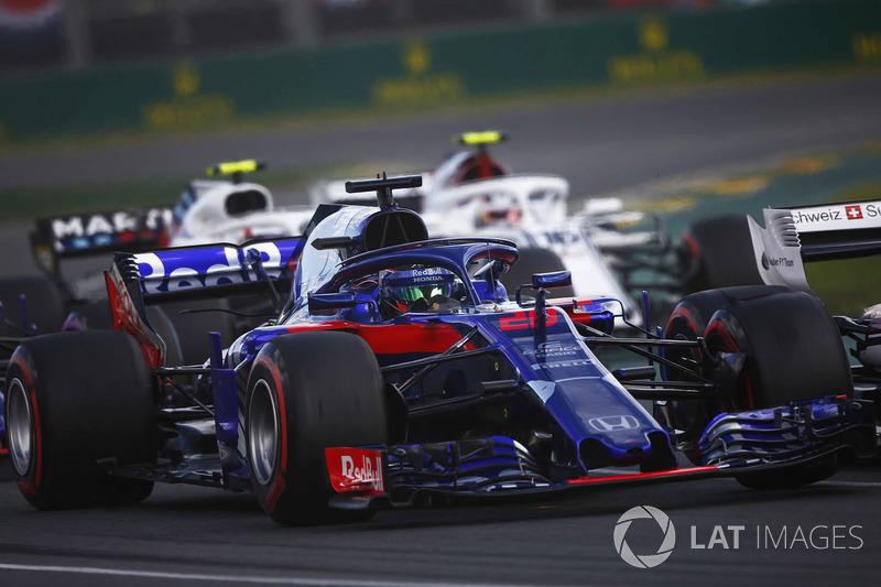 Brendon Hartley, Toro Rosso STR13 Honda, por delante de Charles Leclerc, Sauber C37 Ferrari, y Sergey Sirotkin, Williams FW41 Mercedes