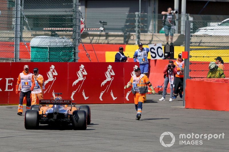 Marshals recover the car of Carlos Sainz Jr., McLaren MCL34
